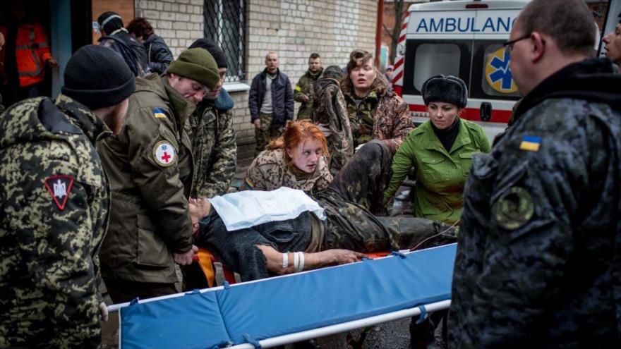 Unos médicos llevan a un soldado ucraniano herido dentro de un hospital, en la ciudad de Debaltsevo, Ucrania.