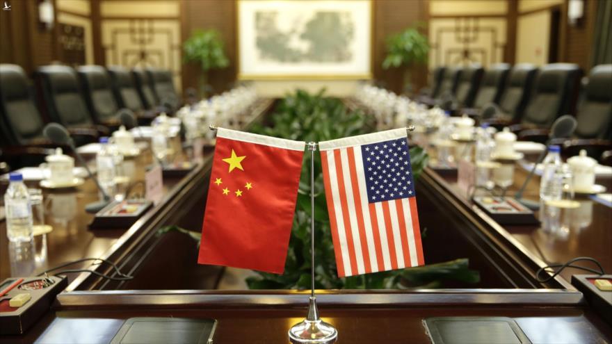Banderas de EE.UU. y China colocadas para una reunión en Pekín, 30 de junio de 2017. (Foto: Reuters)