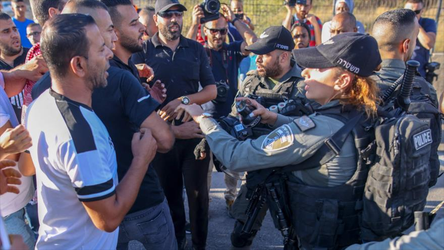 Vídeo: Fuerzas israelíes golpean a joven palestino en Al-Quds | HISPANTV