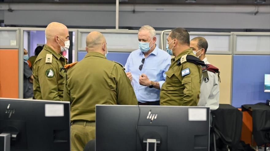 El ministerio de asuntos militares de Israel, Benny Gantz (centro), habla con otros funcionarios del régimen.