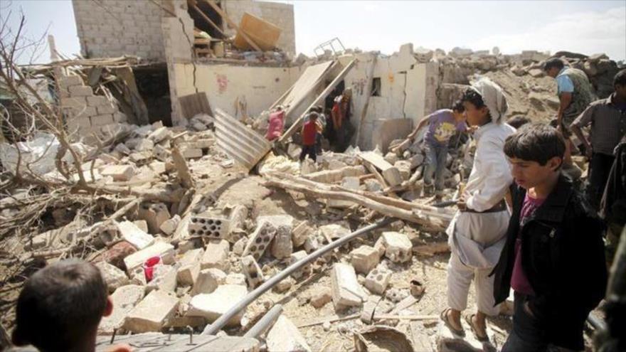Yemeníes inspeccionan daños de una casa destruida tras un ataque aéreo de Arabia Saudí en Saná, capital de Yemen. (Foto: Reuters)
