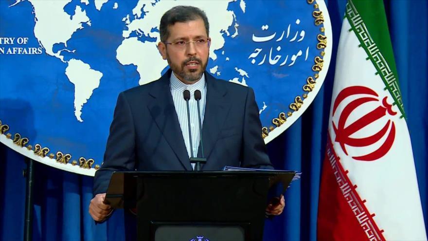 Portavoz de la Cancillería iraní, Said Jatibzade, habla con los periodistas durante una rueda prensa en Teherán, la capital.
