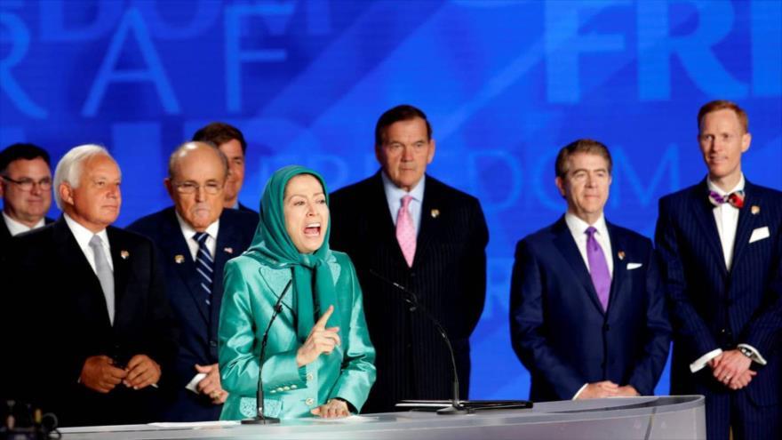 Cabecilla del grupo terrorista Muyahidín Jalq, Maryam Rajavi, habla en un evento antiraní con la presencia de varios políticos estadounidenses.