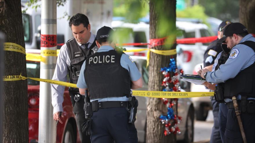 Policías investigan la escena de un tiroteo en Chicago, 23 de junio de 2021. (Foto: AFP)