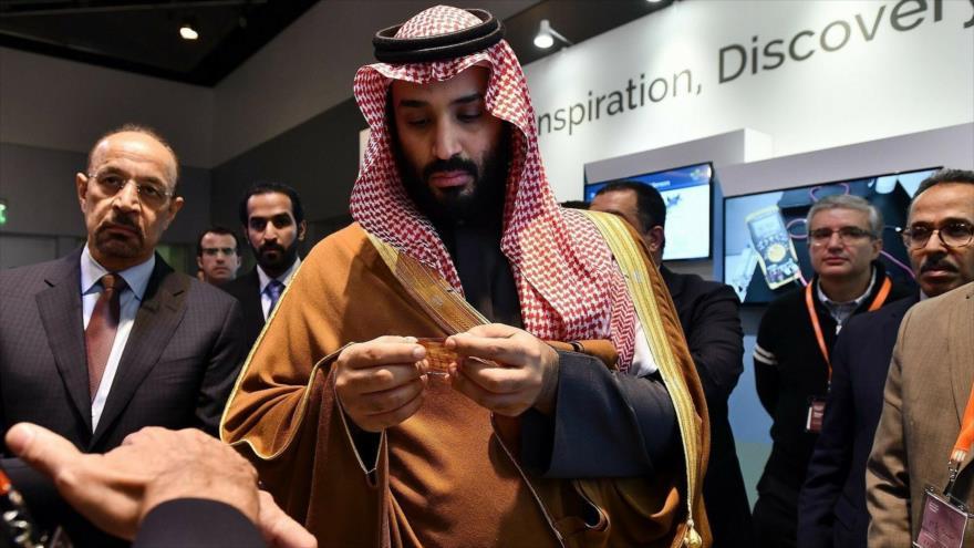 El príncipe heredero saudí, Muhamad bin Salman, en una galería de innovación en Massachusetts, EE.UU., 24 de marzo de 2018. (AFP: AP)