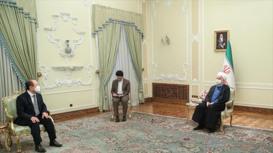 El presidente iraní, Hasan Rohani (dcha.), se reúne con el embajador surcoreano en Teherán, Yun Kang-hyeon (izq.), 20 de julio de 2021. (Foto: President.ir)