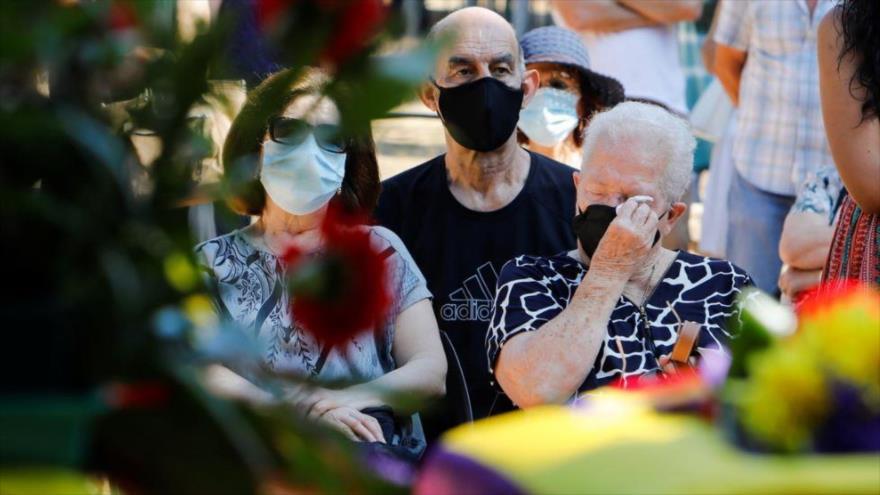 Familiares de víctimas de Franco reciben los restos de su ser querido tras ser exhumados de una fosa en Paterna, Valencia, España, 3 de julio de 2021. (Foto: Reuters)