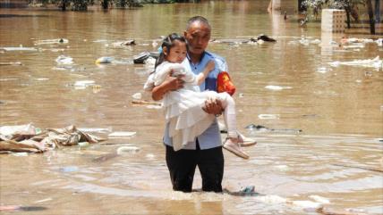 Chocante: Pasajeros de metro en China atrapados en aguas lodosas