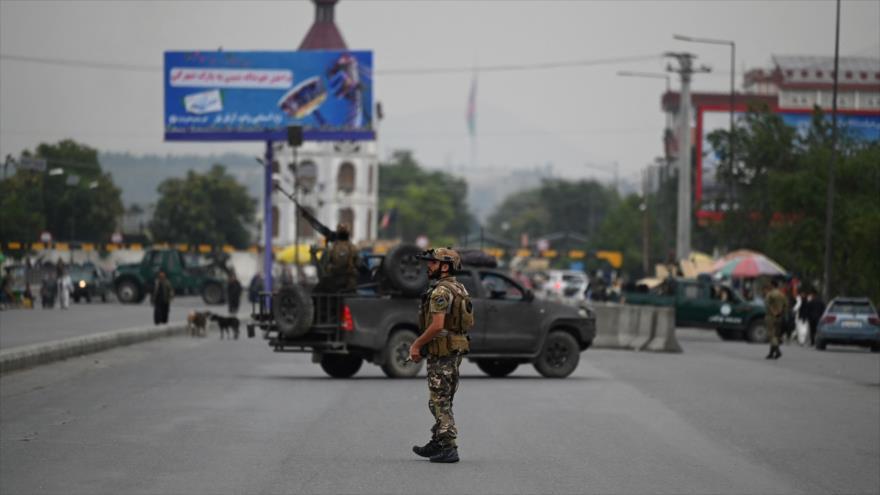 Un personal de seguridad afgano monta guardia a lo largo de una carretera en Kabul, la capital, 20 de julio de 2021. (Foto: AFP)