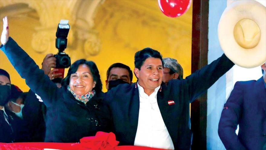 El presidente electo peruano, Pedro Castillo, y su vicepresidenta, Dina Boluarte, saludan a sus simpatizantes, 19 de julio de 2021.