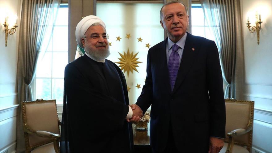 El presidente iraní, Hasan Rohani (izq.), en un encuentro con su par turco, Recep Tayyip Erdogan, en Ankara, 16 de septiembre de 2019.
