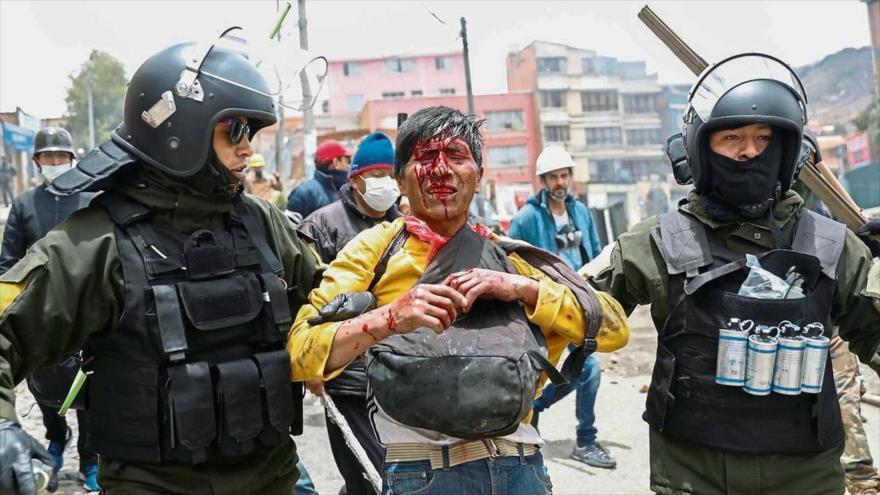 Un partidario del expresidente boliviano Evo Morales resulta herido por agentes del régimen de Jeanine Áñez en Sacaba, 18 de noviembre de 2019.