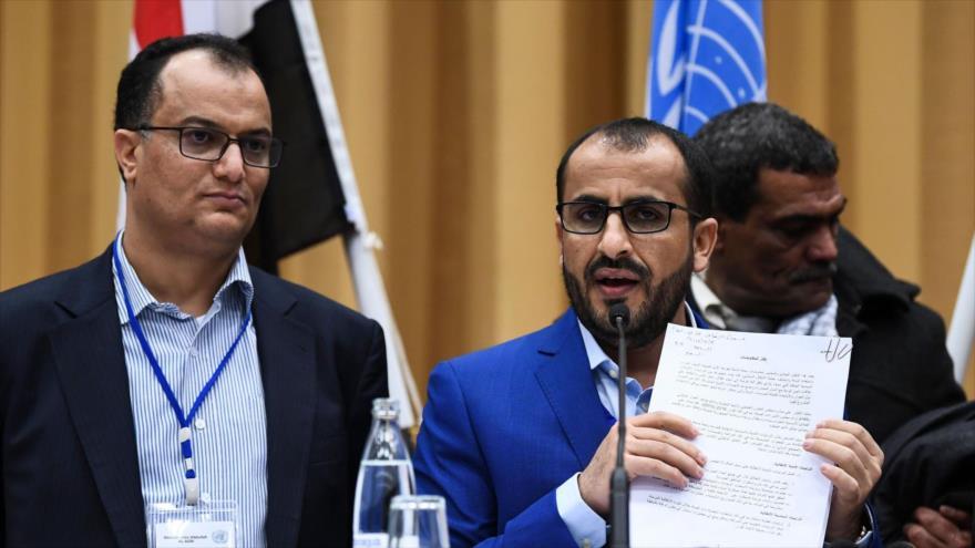 El portavoz de Ansarolá y el también jefe negociador yemení, Muhamad Abdel Salam (segundo a la izquierda), habla con la prensa en Suecia. (Foto: AFP)