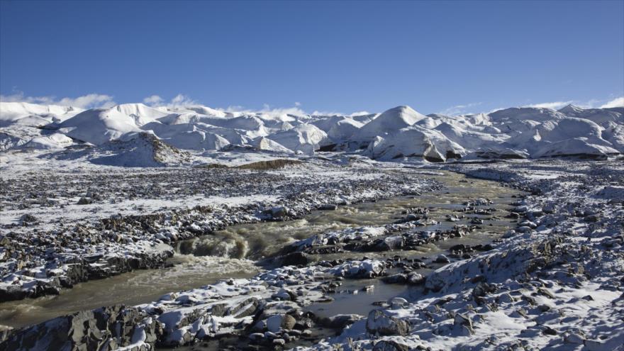 Científicos han encontrado nuevos virus jamás vistos atrapados en un glaciar en la meseta tibetana de China.