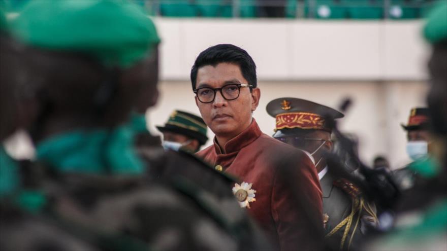El presidente malgache, Andry Rajoelina, inspecciona a las tropas durante el Día de la Independencia en Antananarivo, 26 de junio de 2021. (Foto: AFP)