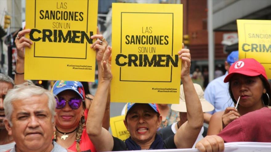 Los venezolanos protestan contra las sanciones unilaterales de EE.UU. impuestas contra el país bolivariano.