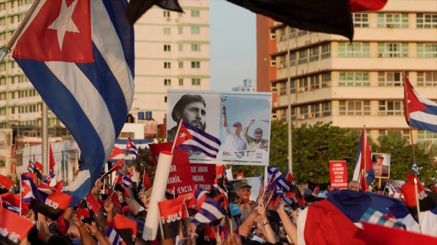 Manifestantes cubanos llevan un cartel con la fotografía del difunto presidente Fidel Castro, La Habana, 17 de julio de 2021. (Foto: Reuters)