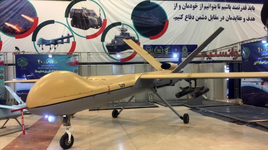 Un avión no tripulado (dron) Shahed-129 de fabricación iraní se exhibe durante una exhibición de Defensa llamada Eqtedar 40 en Teherán, capital.