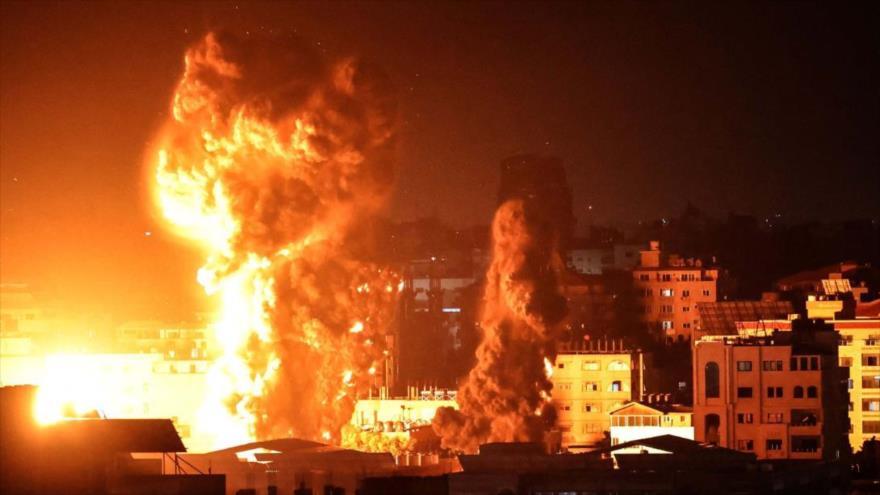 Humo se eleva por ataques de Israel contra Gaza, 17 de mayo de 2021.