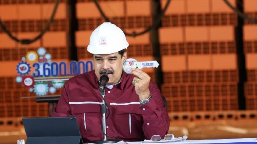 Maduro, duro ante el golpismo, apuesta por dialogar con oposición