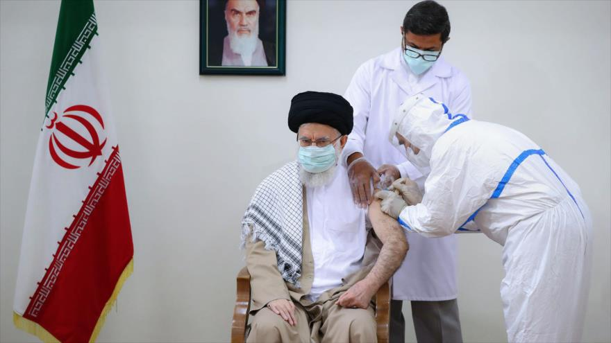 El Líder de Irán, el ayatolá Seyed Ali Jamenei, recibe la segunda dosis de la vacuna COVIRAN Barekat, 23 de julio de 2021. (Foto: khamenei.ir)