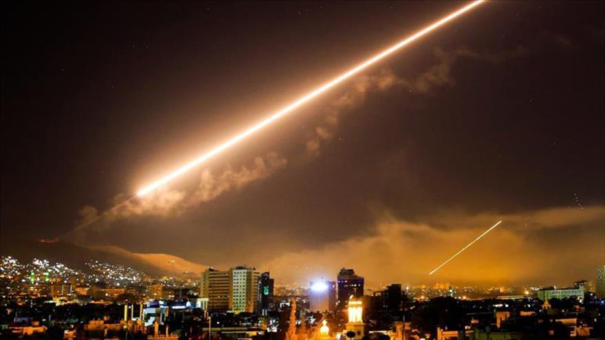 Defensa antiaérea de Siria intenta repeler un ataque aéreo contra Damasco, la capital, 14 de abril de 2018.