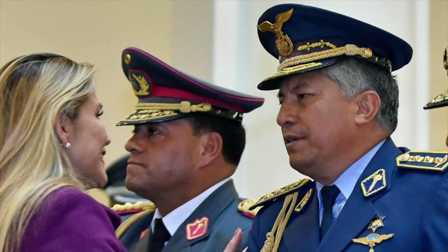 El exj efe del Estado Mayor de las FF.AA. de Bolivia Pablo Arturo Guerra (en primer plano) junto a la presidenta del gobierno de facto Jeanine Áñez.