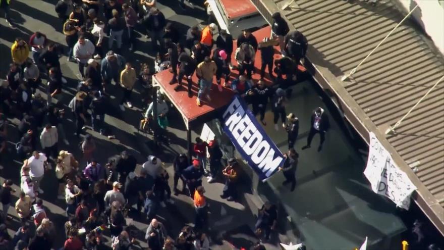 Miles de australianos protestan por restricciones de la COVID-19