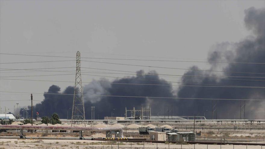Columna de humo se eleva sobre una de las refinerías atacadas por las fuerzas yemeníes en Arabia Saudí, 14 de septiembre de 2019. (Foto: Reuters)