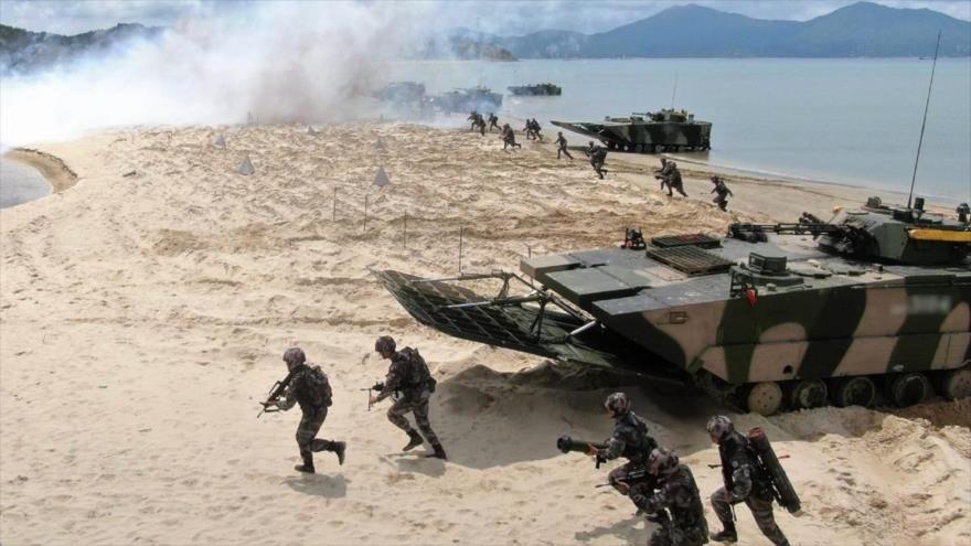 Un grupo de efectivos del Ejército de China participa en un simulacro de batalla en una zona costera de la provincia de Guangdong, 1 de junio de 2020. (Foto: Xinhua)
