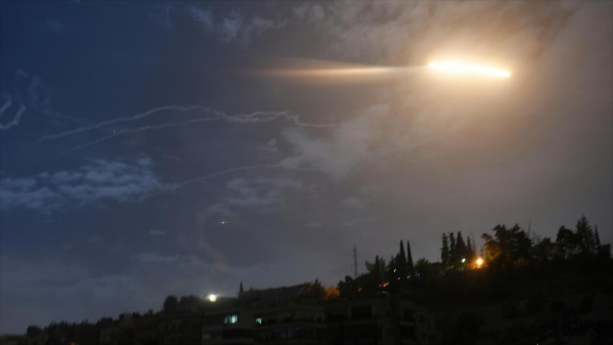 Misiles pasan cerca del Aeropuerto Internacional de Damasco, la capital de Siria, 21 de enero de 2019. (Foto: SANA)