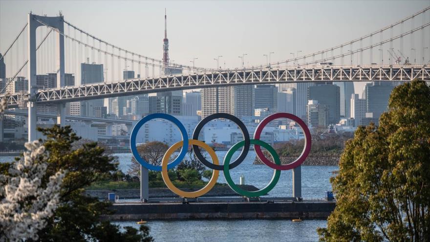 El Puente Arcoíris y la Torre de Tokio se ven detrás de los anillos olímpicos. La capital japonesa acoge los Juegos Olímpicos de Tokio 2020.