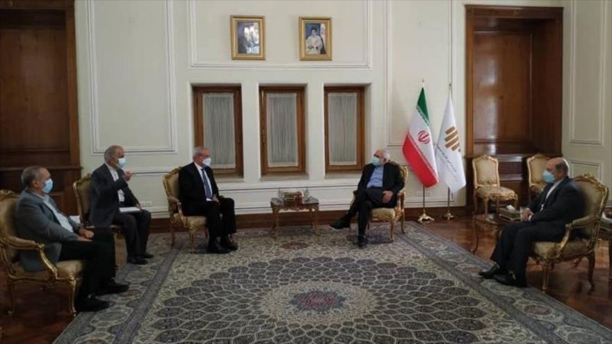 El canciller iraní, Mohamad Yavad Zarif, reunido con el director del Instituto Finlay de Vacunas (IFV) de Cuba, Vicente Vérez Bencomo, en Teherán, 26 de julio de 2021.