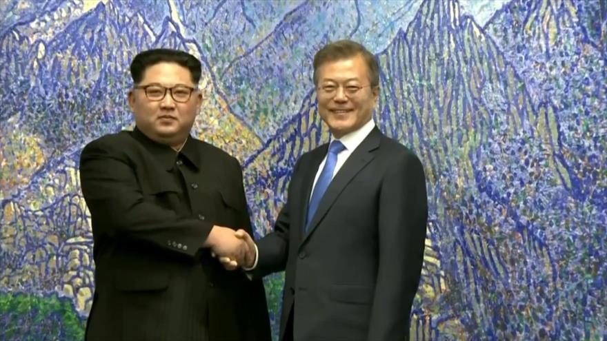 El presidente de Corea del Sur, Moon Jae-in (dcha.), y el líder de Corea del Norte, Kim Jong-un,