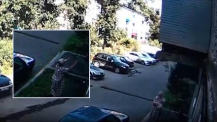 Vídeo: Vean cómo mujer rusa salva a un bebé que cayó por la ventana