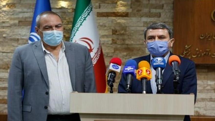 El director del Instituto Pasteur de Irán en una rueda de prensa conjunta con el director del instituto cubano Finlay de Vacunas (izq.), Irán, 27 de julio de 2021.