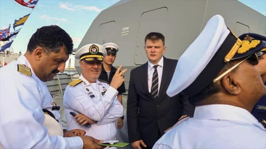El comandante de la Fuerza Naval del Ejército de Irán, el contralmirante Hosein Janzadi (c), en San Petersburgo, en Rusia, 25 de julio de 2021.