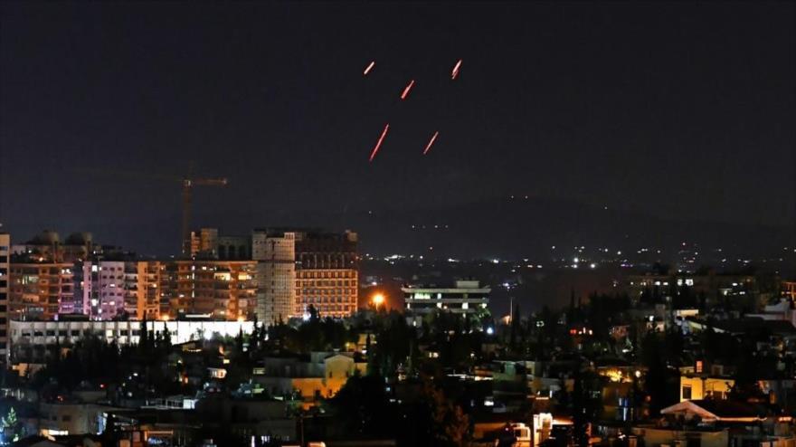 Defensa antiaérea de Siria responde a un ataque aéreo israelí contra Damasco, 20 de julio de 2020.