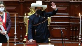 """Castillo jura como presidente de Perú """"por una nueva Constitución"""""""