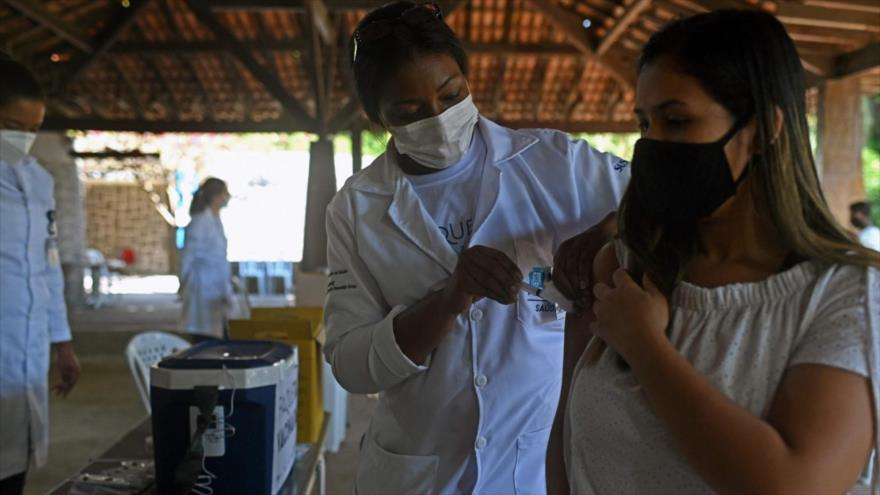 Una mujer recibe una dosis de la vacuna anti-COVID en Río de Janeiro, Brasil, 20 de junio de 2021. (Foto: AFP)