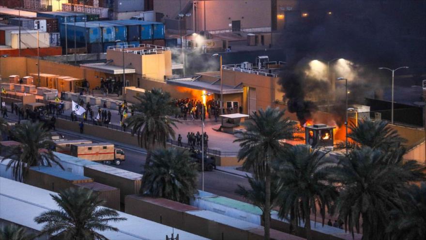 Manifestantes prenden fuego frente a la embajada de EE.UU. en Bagdad, Irak, 31 de diciembre de 2019. (Foto: Reuters)
