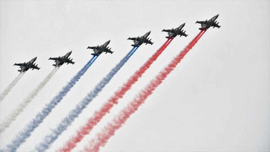 Aviones rusos Sujoi Su-25 vuelan en formación durante el desfile del Día de la Marina en San Petersburgo, Rusia, 25 de julio de 2021. (Foto: AFP)