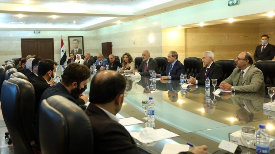 La delegación parlamentaria iraní, encabezada por Vahid Yalilzade (izda.), reunida con el canciller sirio, Faisal al-Miqdad (dcha.) y otros responsables sirios en Damasco, 29 de julio de 2021.