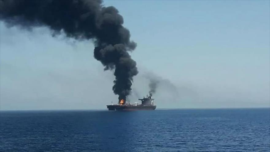 Un petrolero arde en llamas tras un ataque en el golfo de Omán. (Foto: Reuters)