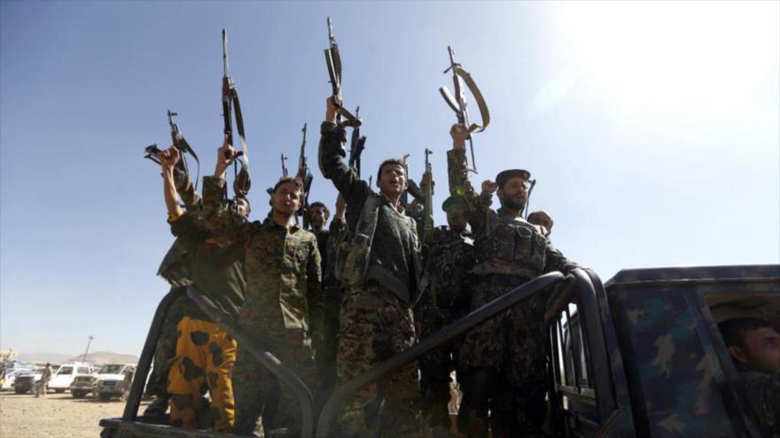 Combatientes de Ansarolá en un vehículo militar en Saná, capital de Yemen, 3 de enero de 2017. (Foto: AFP)