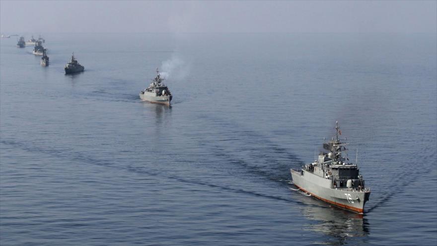Embarcaciones de la Armada de Irán durante los ejercicios militares Velayat-90 en el estrecho de Ormuz.