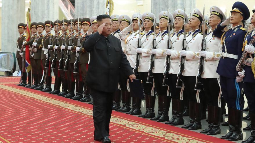 El líder norcoreano, Kim Jong-un, asiste al primer seminario de comandantes y oficiales políticos del Ejército en Pyongyang, 24 de julio de 2021. (Foto: AFP)