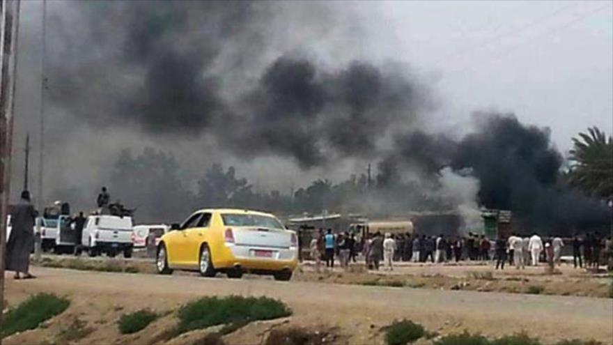 Columna de humo se eleva tras un atentado en Irak.