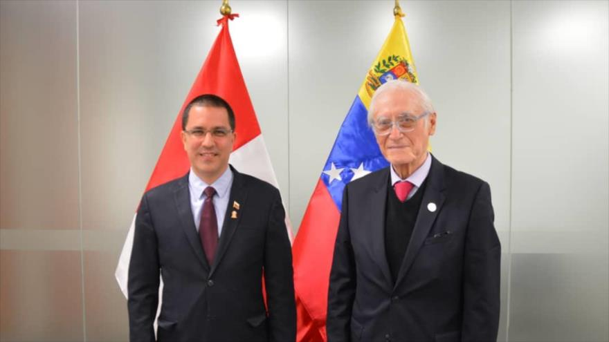 El canciller de Venezuela, Jorge Arreaza (izd.) y su homólogo peruano, Héctor Béjar, durante una reunión en Lima (capital de Perú). 30 de julio de 2021.