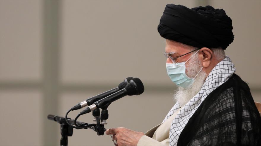 El Líder de Irán, el ayatolá Seyed Ali Jamenei, ofrece un discurso durante su última reunión con el saliente presidente persa y su Gabinete, 28 de julio de 2021. (Foto: Khamenei.ir)